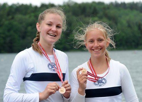 FORNØYDE: Emilie Giltvedt Langeland og Anna Mesel var fornøyd med en bronse fra B-finalen i juniorklassen.