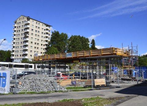 GAVE TIL FOTFOLKET: En ny gangbro bygges nå fra T-banen og over til skolene  på Bøler. Foto: Nina Schyberg Olsen