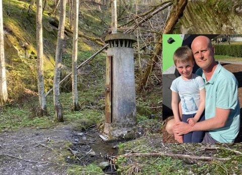 MYSTISK TÅRN: Stian Guldhaug og sønnen Sebastian  stusset da de kom over dette mystiske tårnet på tur i skogen ved Ljanselva. Det var ulåst, men er nå sikret så uvedkommende ikke skal ta seg inn.