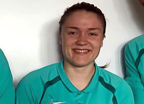 TAR STORE STEG: Karoline Marie Jensen fra Furuflaten er på vei opp og frem som fotballdommer. 21-åringen forteller at hun tidligere egentlig hadde lyst til å slutte med dømmingen før hver kamp.