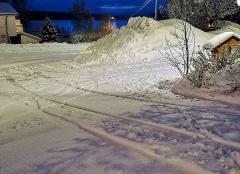STJÅLET: Her, på parkeringsplassen utenfor foreldrenes hus på Kvaløysletta, sto Frida Lunds Mazda. Tirsdag morgen ble den stjålet.