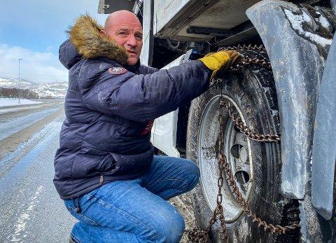 KJETTING: Claus Pedersen skulle ta kjettingen på vogntoget sitt da det smalt onsdag morgen.