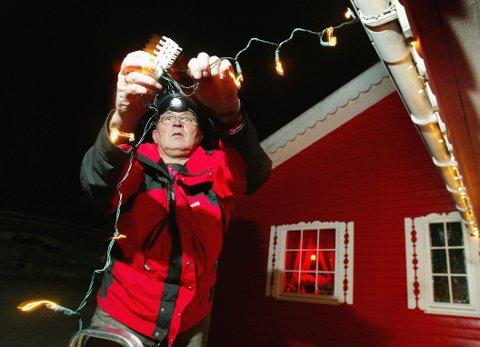 Lysmesteren på Oterbakken i Nord-Troms - Birger Fagerhaug - tenner over 6000 pærer til jul.