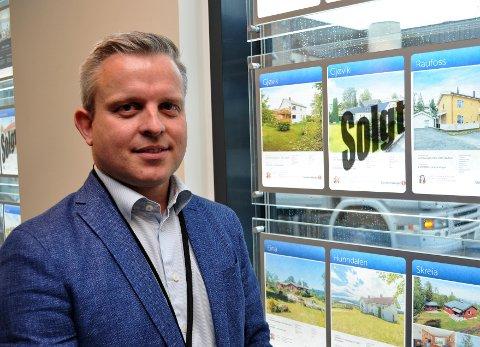 FERSK EIENDOMSMEKLER: – Jeg har alltid vært interessert i boligmarkedet, og gleder meg til å hjelpe kunder til å gjøre en god bolighandel, sier en fersk eiendomsmekler, Joachim Sopp Onsrud.