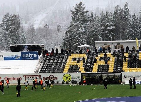 SNØ OG FOTBALL: Tribunene er måket fri for snø og lagene er klare for den største kampen på Raufoss på mange år.