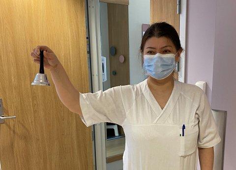 BJELLER I STEDET FOR ALARMARMBÅND: Diana Stepanova på Labo avdeling 4 viser fram bjeller som pasientene nå må bruke for å tilkalle hjelp. Det vanlige alarmsystemet er satt ut av drift etter dataangrepet.