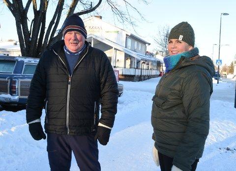 SAVNER BAKERI: Anita Sveen Vettre og Bjørn Ødegårdstuen var på tur i vinterværet. De savner et bakeri og mer tilbud til ungdommene.