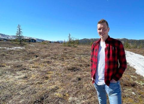 GRUNNEIER: Anders Klemoen (33) skal snart realisere hytteutbyggingen, som er en viktig del av næringsgrunnlaget på familiegården han tok over for fire år siden.