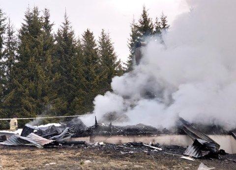 BRENT HELT NED: En enebolig brant ned til grunnen i Snertingdal natt til mandag.