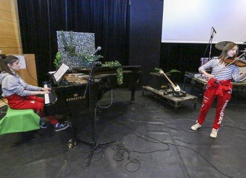 SECRET GARDEN: Det blir stort spenn i musikkartene som vises, som her fra Secret Gardens repertoar. Natalia Lerpold ved flygelet og Zuzanna Ciupka på fiolin.