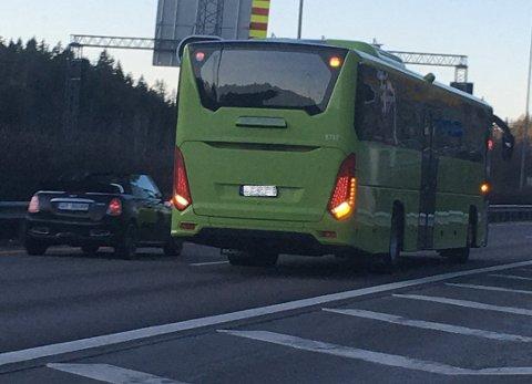 Her rygger bussen – midt på E6 på Vinterbrosletta.