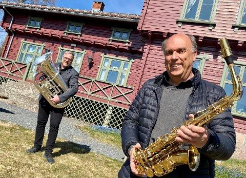 VIL HA SVAR: – Vi håper det vil være mulig å spille på utvalgte steder i kommunen selv om det ikke blir tradisjonelle tog i år heller. Den viktigste forutsetningen for å få til spilling på nasjonaldagen, er at det åpnes opp for å øve, sier Bård Granerud (foran) og Geir Aage Sveen i Ski Janitsjar.