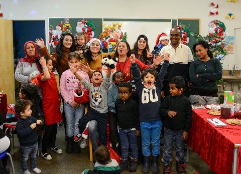 Førjulssamling: Store og små var samlet på Verdensmesteren skole fredag kveld til julegrøt, gløgg, musikk og leker da Hiam Al-Chirout og Norsk Folkehjelp inviterte til julesamling for asylsøkere i Larvik.