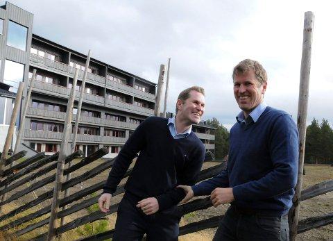 SATSER VIDERE: Trond Ola ( til venstre) og Per Morten Hektoen har planene klare for å investere i åtte nye leiligheter i østfløyen på hotellet (helt til høyre) og et nytt lekeland på 600 kvadratmeter.
