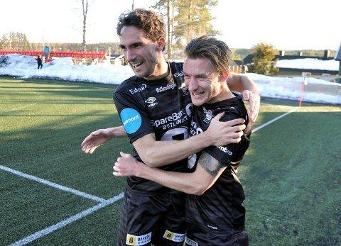 JUBLET: Erik Nordengen og Eivind Holte Tøråsen (t.h.) jubler etter sistnevntes scoring da Elverum gjestet Nybergsund Stadion i cupen i vår. Nå er det duket for nok et klassisk lokalderby. Foto: Hans Olav Osbak