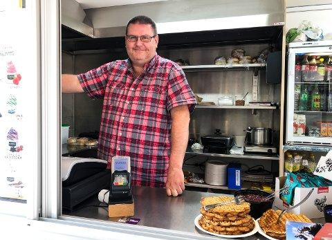 POPULÆR ELGBU: Johnny Granheim åpnet elgbua si ved Storelgen i Stor-Elvdal for tre år siden. Denne sommeren har kiosk-salget tatt helt av.