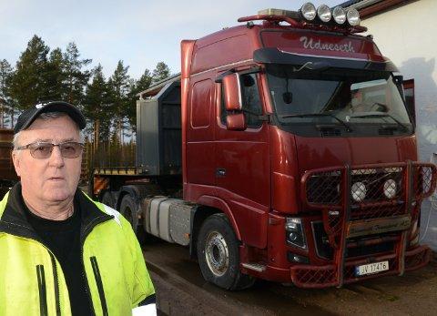 KJØRER VIDERE: Frank Udneseth nærmer seg raskt 55 år bak tungbilrattet.