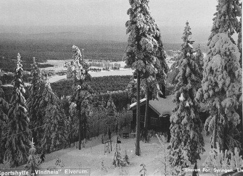 UTSIKT: Dette bildet viser utsikten fra Vindheiahytta; Glomma og jordene på Helset, Svartholtet bak. Legg merke til alle skiene rundt hytteveggen.