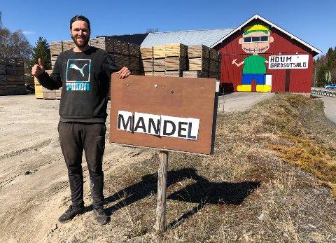 BONDEKUNST: Kaare Wilberg Arnesen brukte en ukes tid på veggmaleriet sitt. To medhjelpere malte resten av låveveggen.