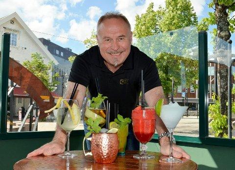 GLAD: lørdag gjenåpnes Norge, og utelivsbransjen kan drive som normalt. Det er bartender Odd Arne Ørbakk glad for.