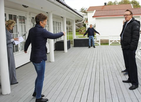 Svømmebasseng: Sigrid Rannem viser politikerne hvor svømmebassenget skal ligge. Foto: N. Blix