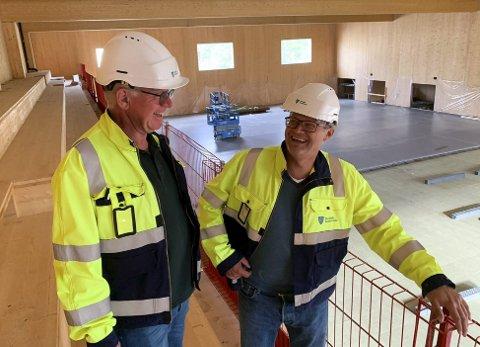 Skifter ut: Rolf Dehli og Høgne Skøld ved rekkverket.