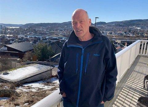 FRUSTRERT: Runar Weholt og familien er frustrert og oppgitt etter sju års kamp for å få bygge en bolig nummer to på tomta i Åmotbakken. Etter først å ha fått byggetillatelse, gjør kommunen helomvending.
