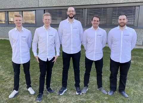 GULL: Gjengen bak PanopticXR er finalister i Venture Cup og skal melde seg på Ungt Entreprenørskap. De har trua på at de går til topps og satser på EM. Fra venstre: Ole Kristian Omholt Saatvedt, Simen Holm Bakken, Mikkel Andre Westvig Nilsen, Andreas Tørre Haugen og Lutfu Even Ustun.