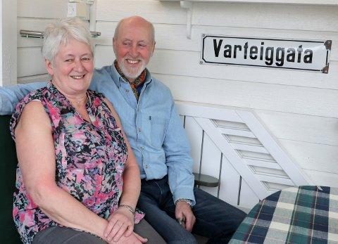 """Jorun og Gunnar Kullerud stortrives i Rakkestad. Skiltet er med som et minne fra der de bodde tidligere. - Vi har """"Varteiggaten"""" foran, og """"Varteiggata"""" bak da det er litt mindre formelt her, spøker Gunnar."""