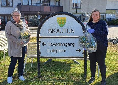 Blomsterhilsen: Marianne Ørka Hansen og Nina Nesholen på Skautun Sykehjem i Rakkestad.