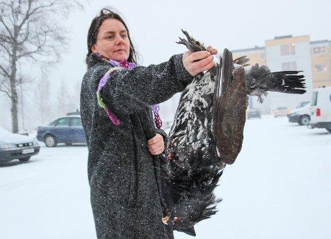 STOR: Astrid Stine Garnes viser fram den døde tiuren som hun fant ved Drevja kirke.