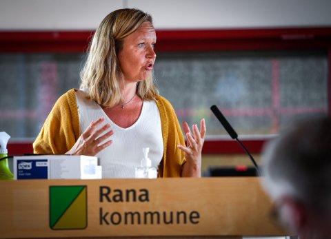 Rødts Line Ellingsen mener støtte til fyrverkeri er feil bruk av penger i en presset situasjon for Rana kommune, og ser også utfordringer knyttet til koronapandemien.