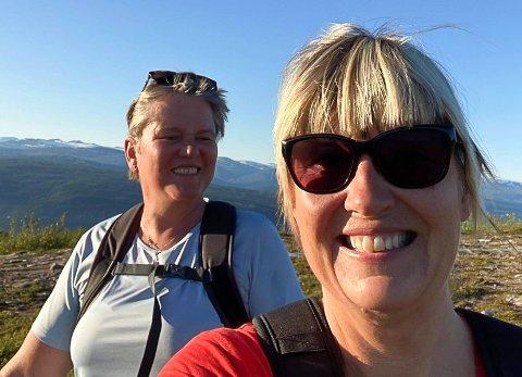 Kirsti Bakke (t.h.) under en sommertur til vindskjermen på Mofjellet sammen med Torunn Endresen.