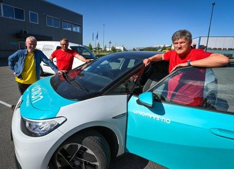 Lars Møgster og Bjørn Peder Andersen fra Union sammen med Olav Nyjordet fra MDG Rana ved en av de elektriske bilene til firmaet.