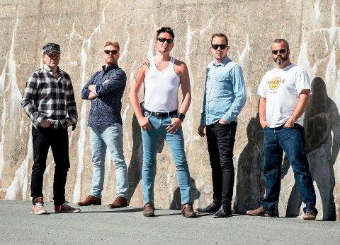 GIR BORT: Trønderbandet Too Far Gone gir bort gratis gitar under Tingnesfestivalen.