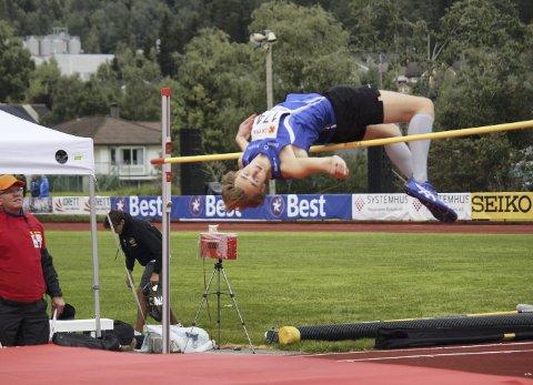 Gull: Jon Simen Mangseth over 1.97 i høyde. Det holdt til gull for unggutten.