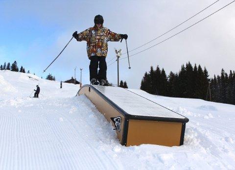 Alpinanlegget har fått flere rails og er bygd på mer enn tidligere, mener blant annet Birk Rudrud Herdlevær, som her er på vei over et av bakkens mange rails.