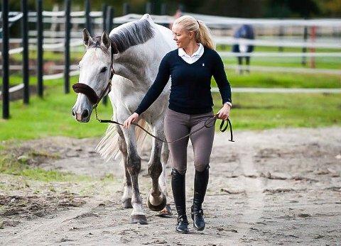 Hestejenta: Anne Line Røysi tok sine første rideturer på griseryggen hjemme på gården i Degernes da hun var barn. Livet med hest ble raskt en livsstil, og fra hun var ti år har hun selv hatt hest. I dag har hun åtte hjemme på stallen på Egge Ridesenter.