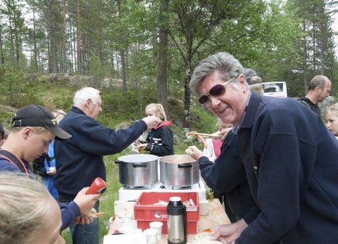MOTTAKELSESKOMMITE: Ole Gjerdalen (nærmest) var en av initiativtakerne til vassfarturene for 40 år siden, og stiller fortsatt villig opp.