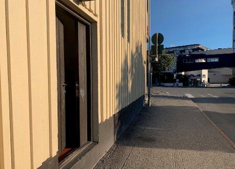 HÆRVERK: Denne døren i Thoresenbygget er brutt opp.