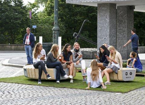 På nett: Lillestrøm får e-benk etter sommerferien. Benkene produseres av Norfax AS, et firma som i april i år etablerte seg i Kunnskapsbyen. Foto: Norfax