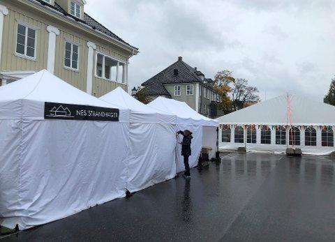 UTRYGT: Vinden tar kraftig tak i teltene på matfestivalen.