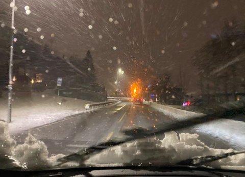 SNØTRØBBEL: Slik så det ut langs Nedre Rælingsvei mandag morgen.