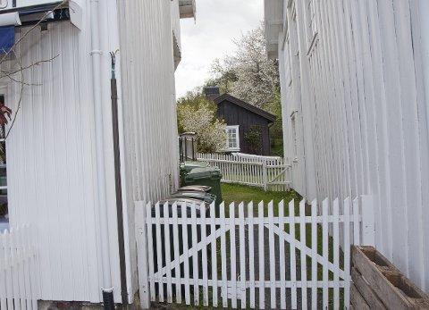 TRANGT: Det er flere eldre bygg i Holmsbu sentrum som står tett. Kommunen ønsker derofr å installere sprinkleranlegg i flere bygg, deriblandt Storgaten 1 og 3 for bedre brannsikring av de verneverdige husene. (Illustrasjon)