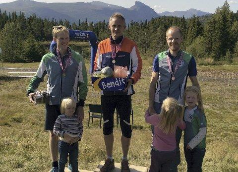 PÅ PALLEN: Knut Holth Rekaa ble nr. 2 og Henrik Drange Ruud nr. 3. Vinner: Lars Inge Arnevik, Ringerike. Foto: Torgeir Strandhagen