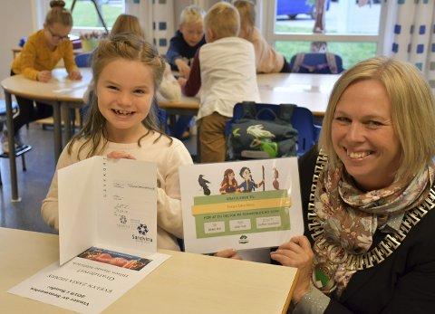 SOMMERLES: Mange barn deltar hvert år på bibliotekets Sommerles-kampanje. I fjor var det 7 år gamle Evelyn vant hele Sommerles-konkurransen, og fikk premie og et møte med ordfører Elin Gran Weggesrud.