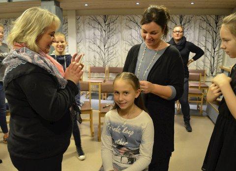 Foreviger øyeblikket: Gunnhild Irene Bergaplass tar bilde av den fine hjertefletta «Flettemamma» Bente-Helen Schei lager i håret til datteren Veronica Bergaplass (10). Til høyre står Lise Strøm (12). Foto: Maja Christensen