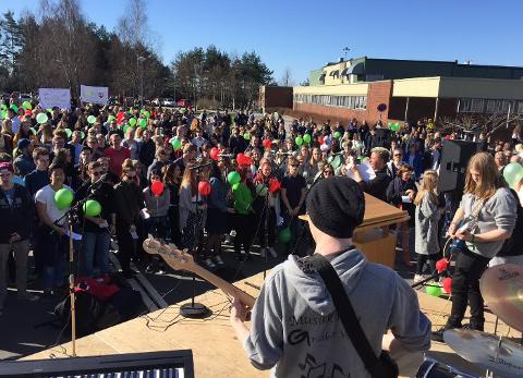 Elevene på Greåker møtte opp og ble underholdt. (Foto: Jarl M. Andersen)
