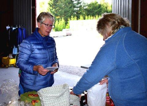 LOKALE VARER: Nærmeste nabo til Frydenlund gård, Nanny Weum, benytter høstmarkedet til å handle gårdsvarer i låven.