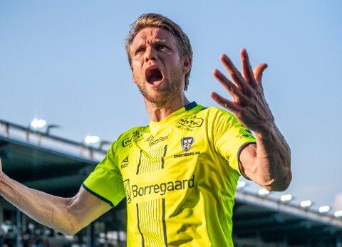 Ole Jørgen Halvorsen jubler hemningsløst foran de tilreisende supporterne i Drammen etter sin straffescoring.